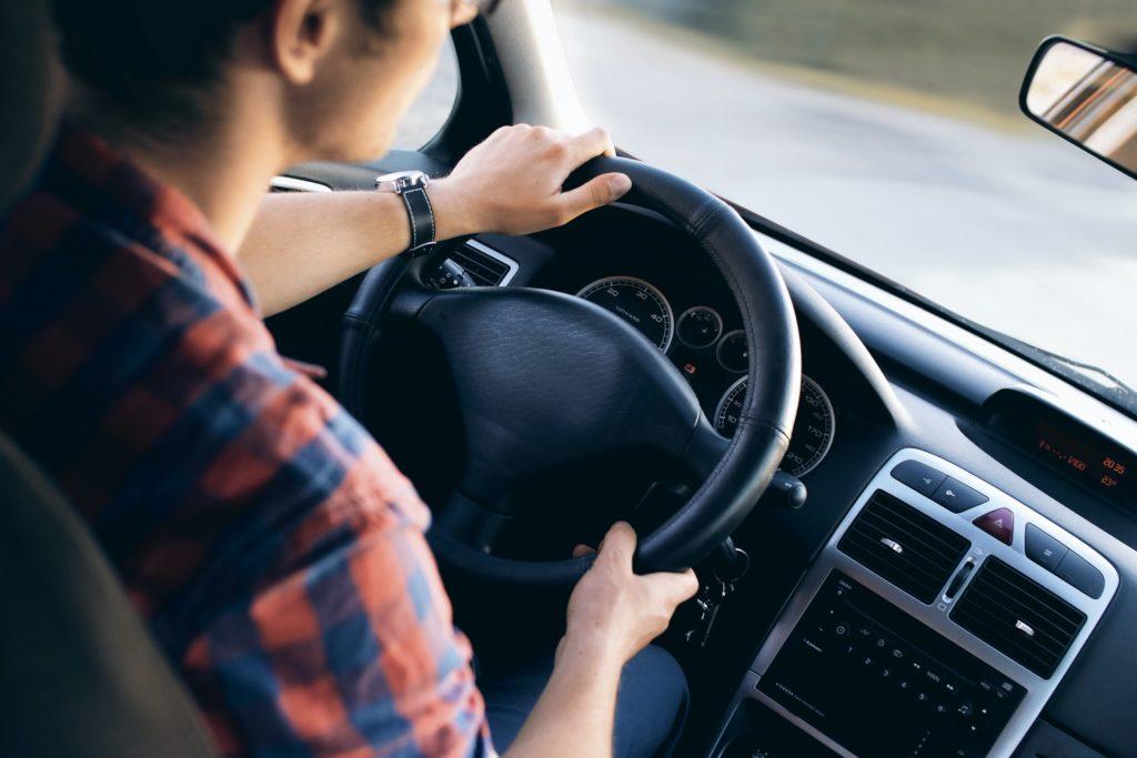 Persona sacándose el permiso de conducir