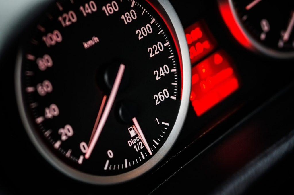 Tacómetro rojo de un coche de autoescuelas jordá.