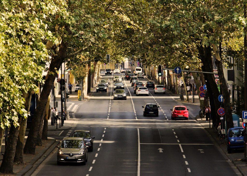 Avenida con mucho tráfico y semáforos. Lugar de examen práctico donde sacarse el carnet de conducir.